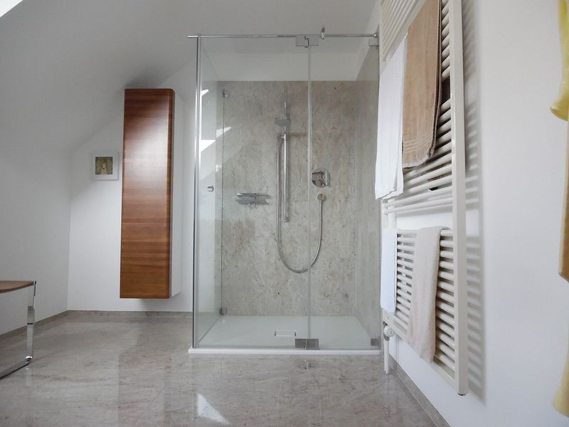 Badezimmer Nach Sanierung Mit Großformatfliesen