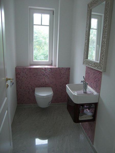 helle fliesengestaltung wc. Black Bedroom Furniture Sets. Home Design Ideas